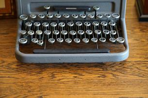 机の上の古いタイプライターの写真素材 [FYI03400762]