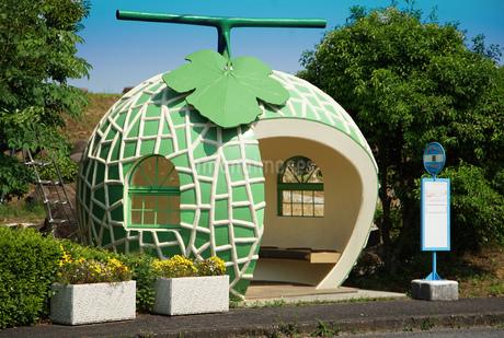 メロンの形のバス停の写真素材 [FYI03400772]