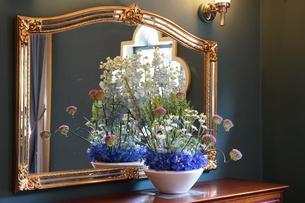 鏡台と花飾りの写真素材 [FYI03400782]