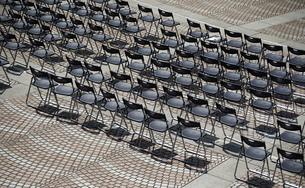 広場の椅子の写真素材 [FYI03400813]