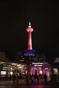京都駅前の夜景の写真素材 [FYI03400883]