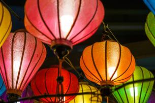 カラフルな夏祭りの提灯の写真素材 [FYI03401021]