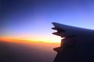 飛行機からの夕日の写真素材 [FYI03401090]