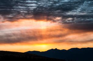 霧ヶ峰高原よりのぞむ八ヶ岳連峰と朝日の光芒の写真素材 [FYI03401118]