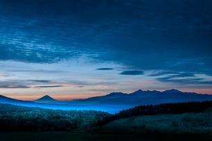 夜明け霧ヶ峰高原より踊場湿原と富士山南アルプスの写真素材 [FYI03401121]