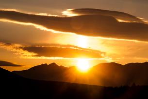霧ヶ峰高原より望む八ヶ岳からの日の出の写真素材 [FYI03401122]