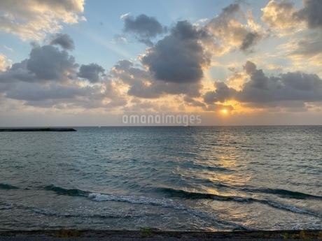 夕陽照らす海空の写真素材 [FYI03401142]
