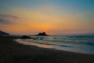 西ノ浦の夕陽の写真素材 [FYI03401195]
