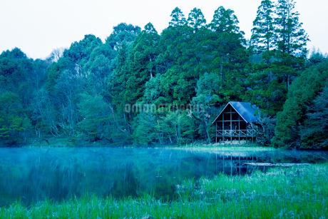 湖畔の別荘の写真素材 [FYI03401225]