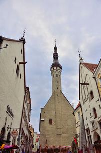 タリンで初めて横壁に取り付けられた時計がある14世紀の建物の聖霊教会・旧市街は世界遺産の写真素材 [FYI03401422]