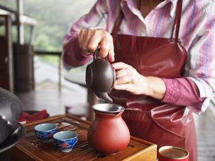台湾,九份の茶房と茶器と中国茶を注ぐ手元の写真素材 [FYI03401533]
