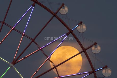 観覧車と満月 日本 鹿児島県 鹿児島市の写真素材 [FYI03401578]