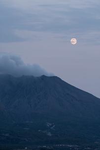 桜島と月日本 鹿児島県 鹿児島市の写真素材 [FYI03401594]