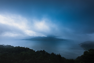 夜明けの桜島 寺山公園展望台 日本 鹿児島県 鹿児島市の写真素材 [FYI03401607]