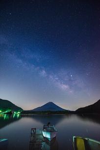 精進湖 日本 山梨県 南都留郡の写真素材 [FYI03401642]