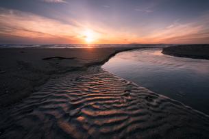 夕暮れの海岸 日本 秋田県 由利本荘市の写真素材 [FYI03401680]