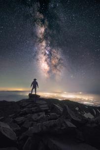鳥海山新山からの天の川 日本 山形県 遊佐町の写真素材 [FYI03401702]