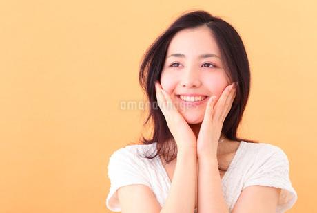 スキンケアする若い女性の写真素材 [FYI03402034]