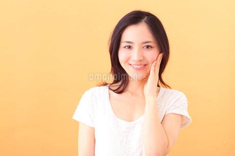 スキンケアする若い女性の写真素材 [FYI03402045]