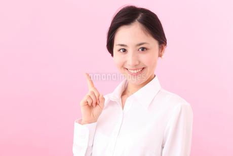 案内する若い女性の写真素材 [FYI03402051]