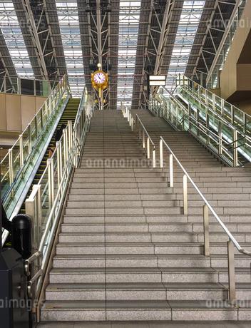 大阪ステーションシティの時空の広場への階段とエスカレーターの写真素材 [FYI03402079]
