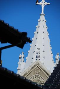 瓦屋根の向こうの崎津教会の写真素材 [FYI03402094]