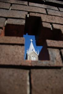 十字の穴から見た崎津教会の写真素材 [FYI03402097]