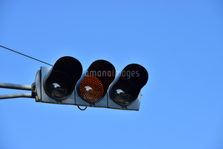 交通信号の黄色点灯の写真素材 [FYI03402106]