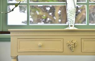 部屋の窓と家具の写真素材 [FYI03402109]