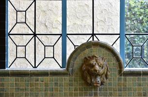 水のみ場の獅子頭の水栓の写真素材 [FYI03402114]