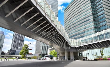 横浜市の高層ビルと歩道橋の写真素材 [FYI03402124]