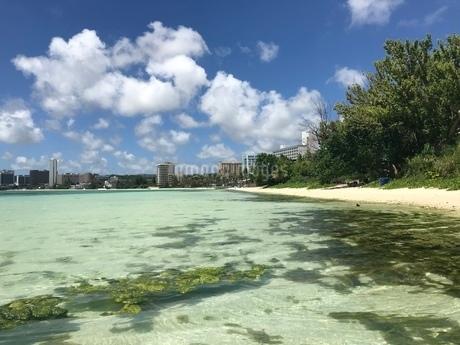 遠浅なグアムのビーチの写真素材 [FYI03402471]