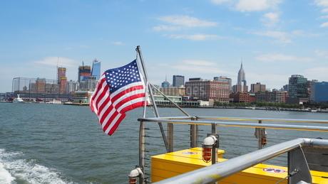 ニューヨークをウォータータクシーで観光の写真素材 [FYI03402618]