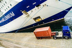 豪華客船(セレブリティ・ミレニアム)とトラックの写真素材 [FYI03402622]