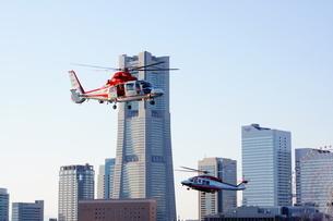 みなとみらいに飛ぶ消防ヘリの写真素材 [FYI03402640]
