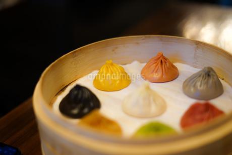 台湾のカラフルな小籠包のイメージの写真素材 [FYI03402677]