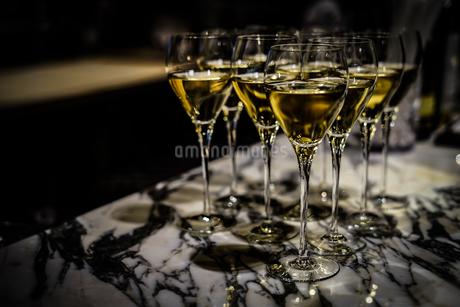 おしゃれなワイングラスのイメージの写真素材 [FYI03402761]