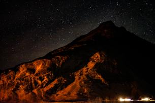 アイスランドの雪山と星空の写真素材 [FYI03402769]