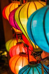カラフルな夏祭りの提灯の写真素材 [FYI03402771]
