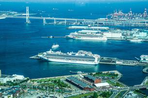 ランドマークタワーからの横浜港(20180428外国籍豪華客船3隻同時初来航)の写真素材 [FYI03402773]