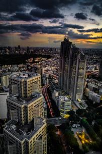 東京都庁の展望台から見える新宿の都市風景と夕景の写真素材 [FYI03402774]