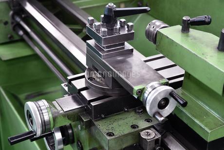 金属加工の旋盤の写真素材 [FYI03402995]