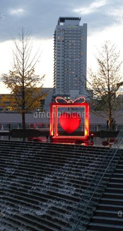 大阪駅前、梅北ひろばの階段噴水の写真素材 [FYI03402999]