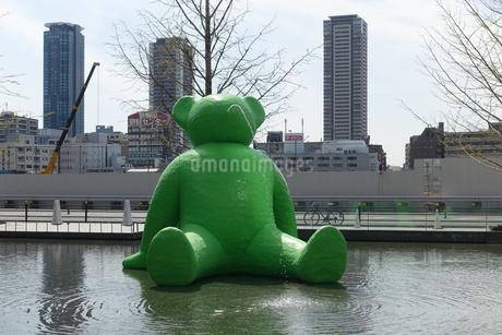 大阪駅前、梅北ひろばの巨大なみどりのクマさん噴水の写真素材 [FYI03403006]
