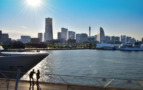 横浜港の桟橋と高層ビルの写真素材 [FYI03403045]