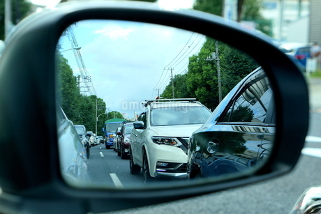 サイドミラーに映った交通渋滞の写真素材 [FYI03403084]