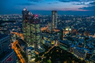 東京都庁展望室より新宿パークタワーと東京の街並み夜景の写真素材 [FYI03403137]