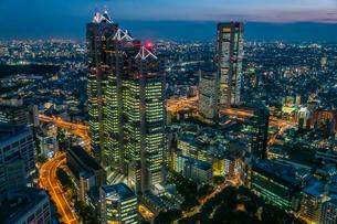 東京都庁展望室より新宿パークタワーと東京の街並み夜景の写真素材 [FYI03403139]