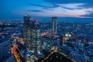 東京都庁展望室より新宿パークタワーと東京の街並み夜景の写真素材 [FYI03403143]