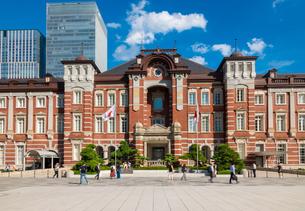 東京駅丸の内と駅前広場の人々の写真素材 [FYI03403639]